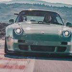 Åk med denna Gunther Werks Porsche 911 på Laguna Seca