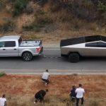 Dragkamp mellan Musk Cybertruck och en Ford F-150