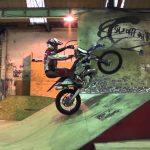 Episk video med Graham Jarvis när han kör motorcykel i en skatepark