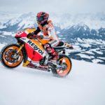 MotoGP stjärnan Marc Marquez kör sin racer i skidbacken