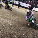 Josh Hill kör ifrån Ricky Carmichel på en elektrisk motocrosshoj