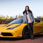 29 åriga popundret från Scotland Amy Macdonald rattar en Ferrari 458 Speciale